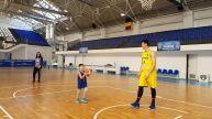 Soția și fiul de 5 ani îl antrenează pentru confruntarea împotriva campioanei mondiale Spania!