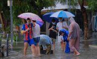 Inundațiile masive din orașul vietnamez Da Nang au făcut ca oamenii să iasă la pescuit pe stradă