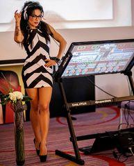 PASIONATĂ DE TEHNOLOGIE.DJ Wanda mixează pe aparatură de 5.000 de euro