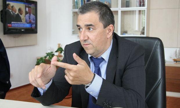 Prefectul de Suceava, Florin Sinescu, reţinut de procurorii DNA, cercetat sub control judiciar