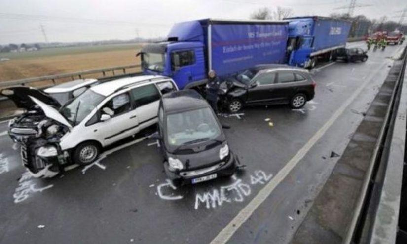 ACCIDENT în lanţ. Trei autoturisme, două camioane şi un microbuz s-au tamponat