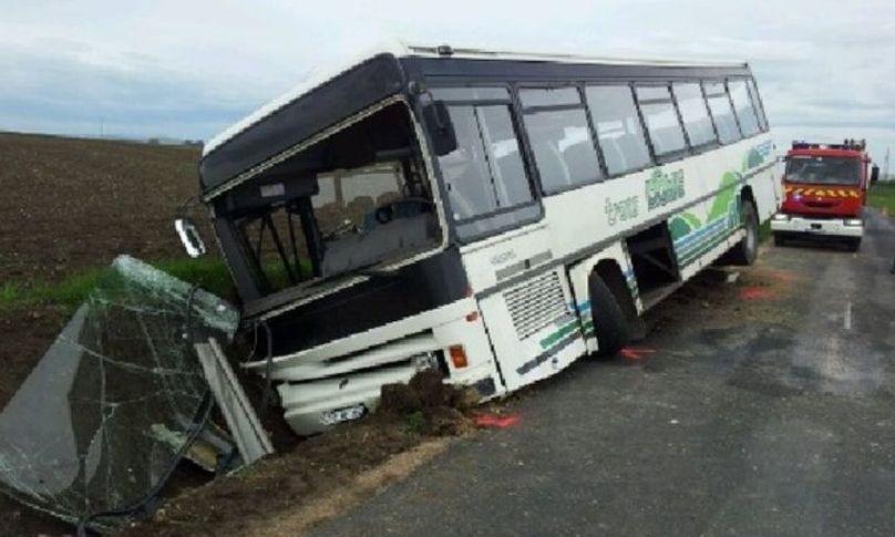 Patru persoane rănite după ce autocarul care venea din Anglia cu destinația Rădăuți s-a răsturnat în județul Suceava
