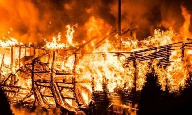 Incendiu puternic la un complex turistic din judeţul Caraş-Severin