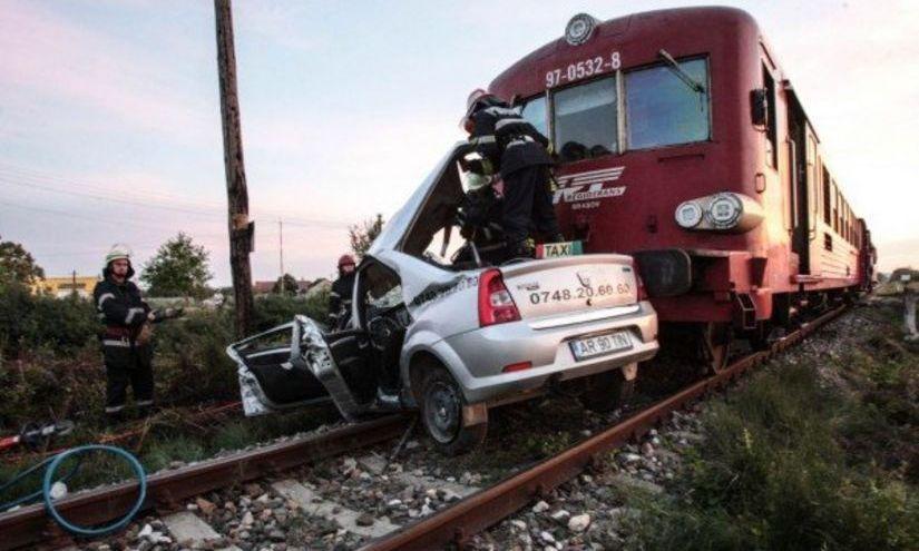Grav accident feroviar în apropiere de Timişoara. O maşină a fost lovită de tren