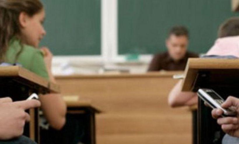 Elev, amendat de jandarmi după ce și-a amenințat profesorul