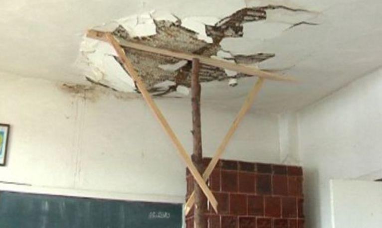 UPDATE. Clipe de COȘMAR la o școală din Alexandria. Trei copii RĂNIȚI după ce o bucată din tavanul unei clase s-a prăbușit
