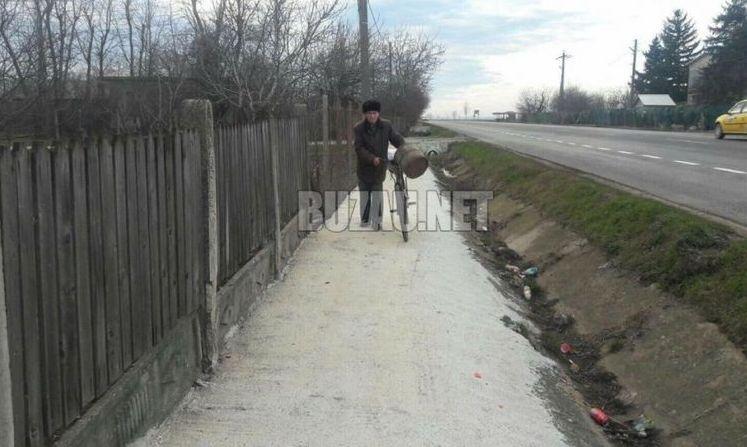 ASTA-I ROMÂNIA: Au pus mână de la mână și au făcut singuri trotuar în comună