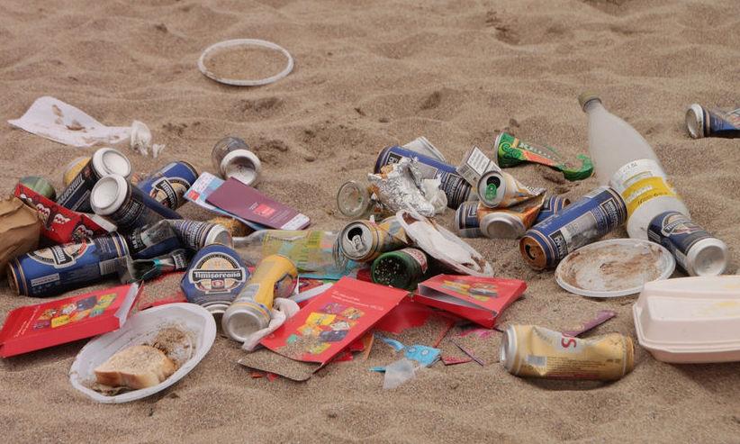 Turiştii care aruncă GUNOAIE pe plaja din Mamaia vor fi AMENDAŢI
