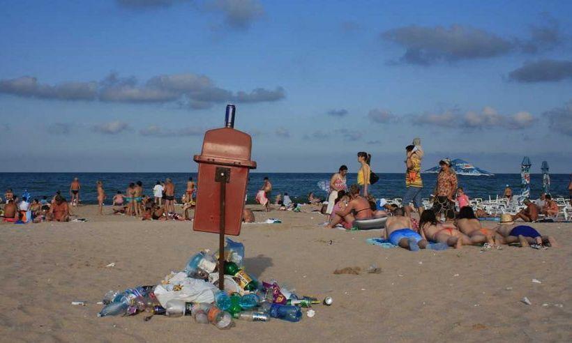 Constanţa: Turiştii care aruncă GUNOAIE pe PLAJĂ vor fi AMENDAŢI. Sesizările, făcute pe WhatsApp