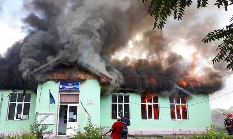UPDATE. PANICĂ în Tulcea: O școală ARDE din temelii, POMPIERII se luptă cu flăcările