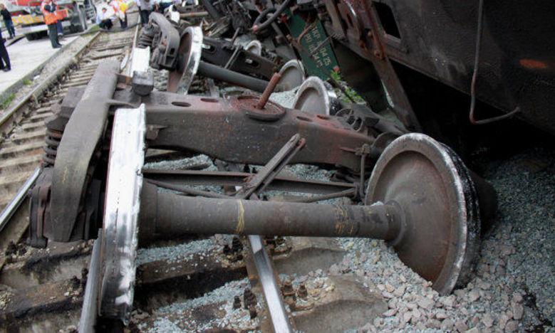 UPDATE. Un TREN de marfă care transporta produse petroliere a căzut în gol după ce un viaduct s-a surpat în sud-vestul ţării. Mecanicul era BĂUT