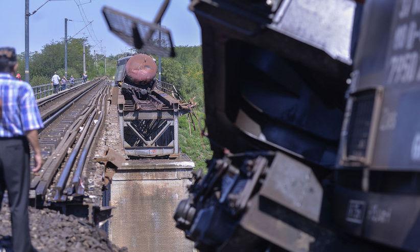 Raport PRELIMINAR privind trenul de marfă CĂZUT de pe un viaduct: Trenul nu a oprit la semnalul aflat pe culoarea roşie şi intrat pe o linie fără şine