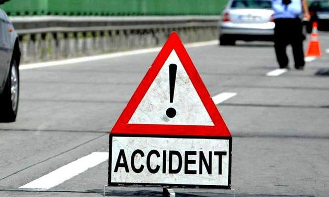 GRAV accident auto în județul VASLUI. O persoană a MURIT, iar alte 12 sunt RĂNITE, după ce un microbuz s-a răstunat