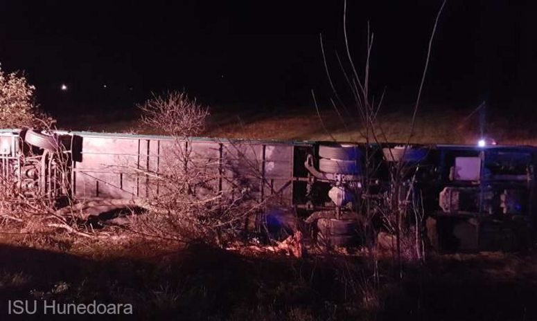 Accident de autocar pe DN 7 în Hunedoara: 32 de persoane rănite şi una decedată