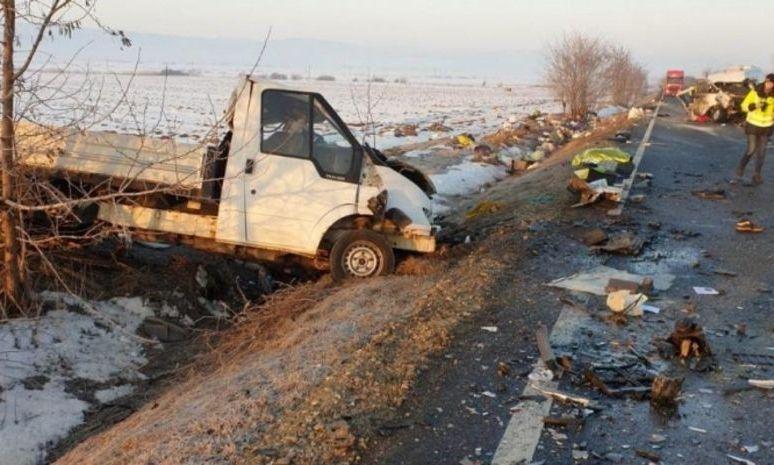 Microbuz implicat într-un accident grav! PLANUL ROŞU de intervenție! Doi morţi şi şapte răniţi