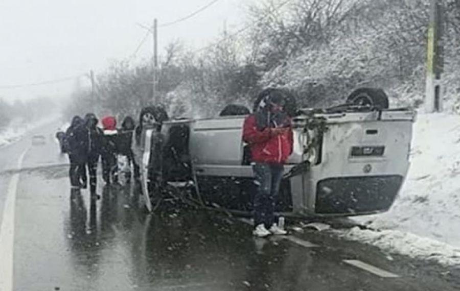 ACCIDENT în județul Iași: Un microbuz cu 10 călători s-a RĂSTURNAT