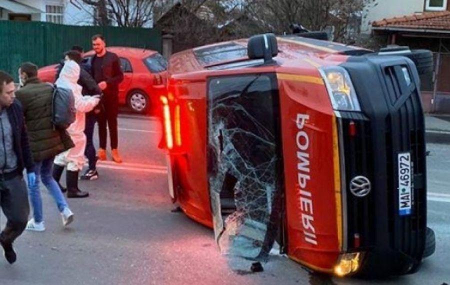 Un microbuz ISU, cu persoane transportate spre carantină, s-a RĂSTURNAT la Cluj