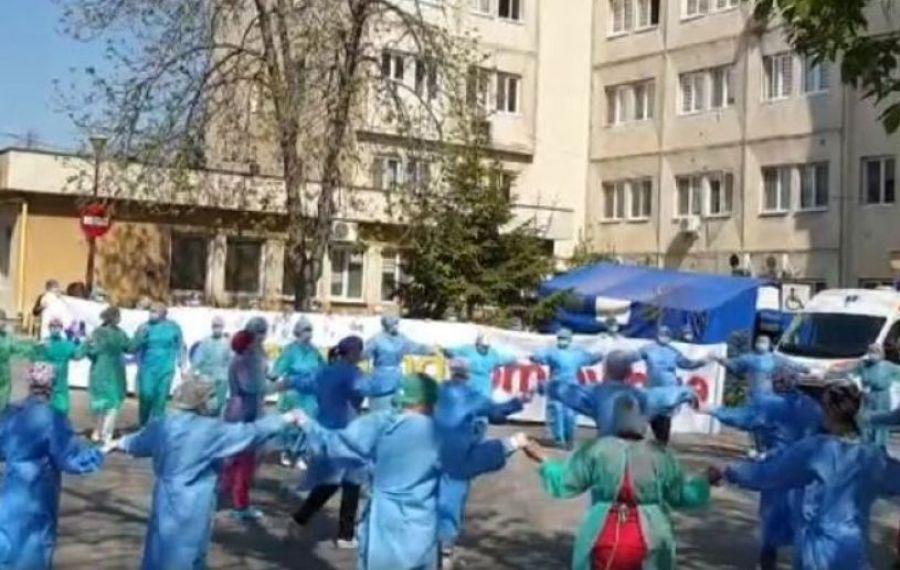 IMAGINILE ZILEI: Cadrele medicale au încins o HORĂ în curtea spitalului din Craiova