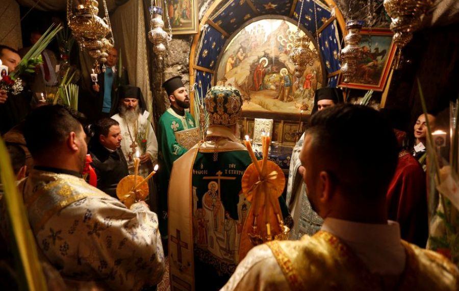 LUMINA SFÂNTĂ s-a aprins în Biserica Sfântului Mormânt din Ierusalim! Va fi adusă în această după-amiază la Bucureşti