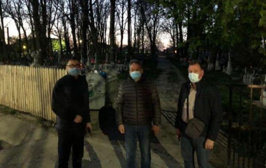 INCREDIBIL.Prefectul de Botoşani şi şeful Poliţiei au păzit întrarea în cimitir, în noaptea de Înviere