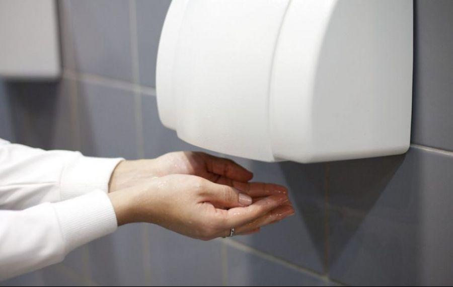 Avertismentul specialiștilor: USCĂTOARELE de mâini, risc ridicat de răspândire a COVID-19