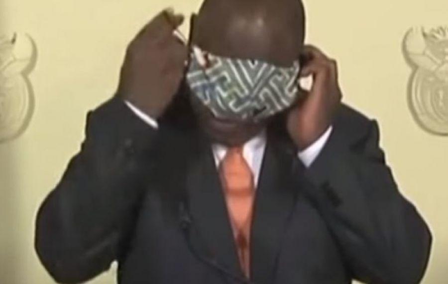 IMAGINILE ZILEI: Cum se chinuie președintele Africii de Sud să își pună masca
