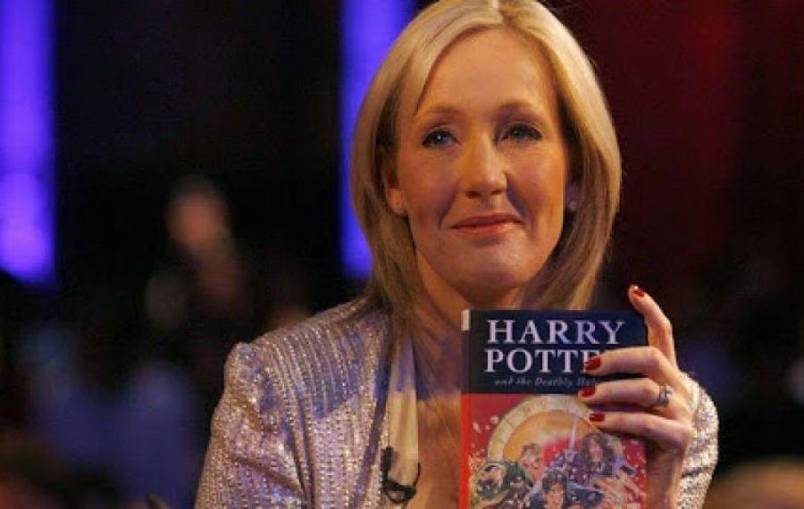 Scriitoarea J. K. Rowling, autoarea seriei Harry Potter, spune că a fost bătută și VIOLATĂ