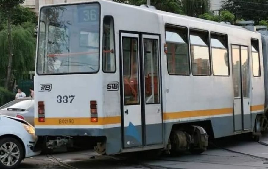 Un tramvai a DERAIAT în Capitală lovind două mașini