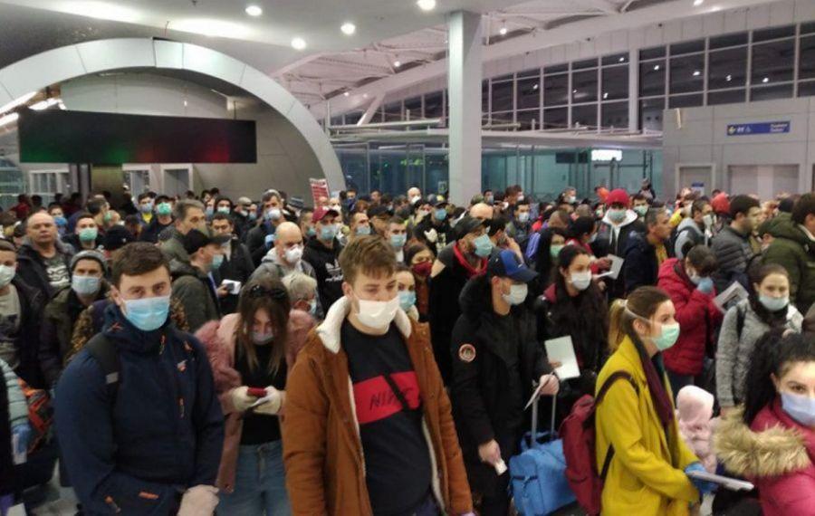 """COȘMAR pentru pasageri la Aeroportul Otopeni: """"UMILITOR! Pe alte aeroporturi din Europa nu se întâmplă acest lucru!"""""""