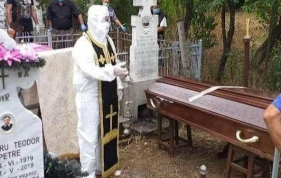 IMAGINEA ZILEI: Cum s-a echipat un preot pentru o înmormântare
