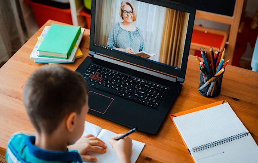 Părinții ar putea primi AJUTOR pentru elevii care fac școala online