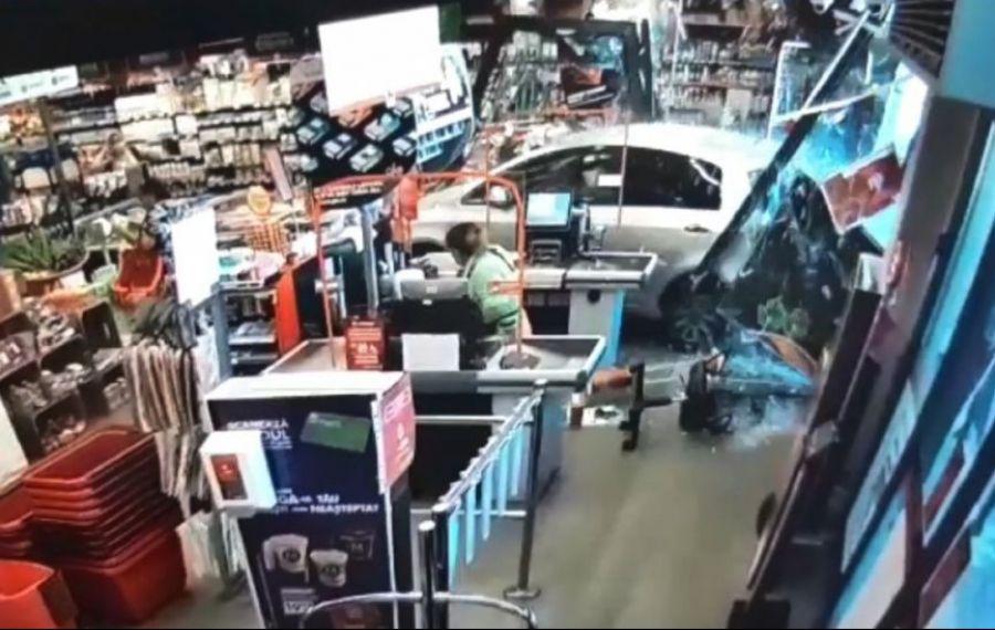 O șoferiță de 77 de ani A INTRAT cu mașina într-un supermarket. Momentul a fost suprins pe camerele video