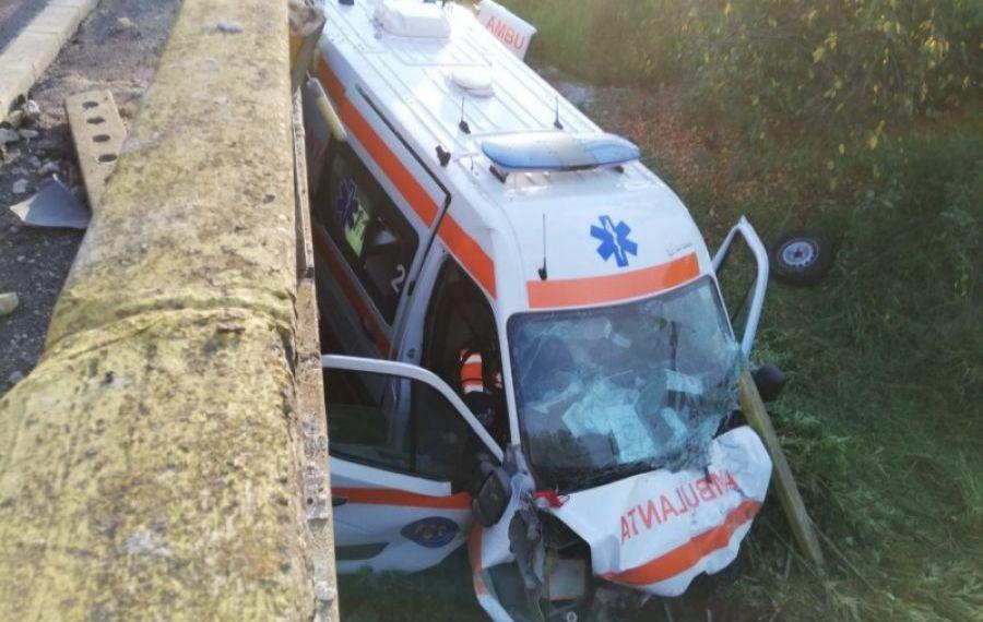 ACCIDENT grav în județul Gorj: o ambulanță a căzut de pe un pod