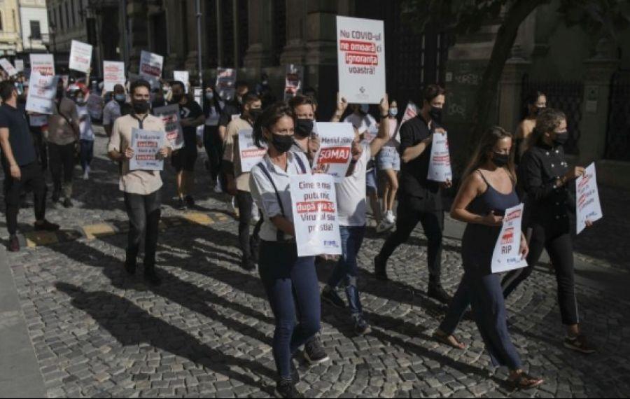 PROTEST în Piața Victoriei. Angajații din industria HoReCa își strigă nemulțumirile