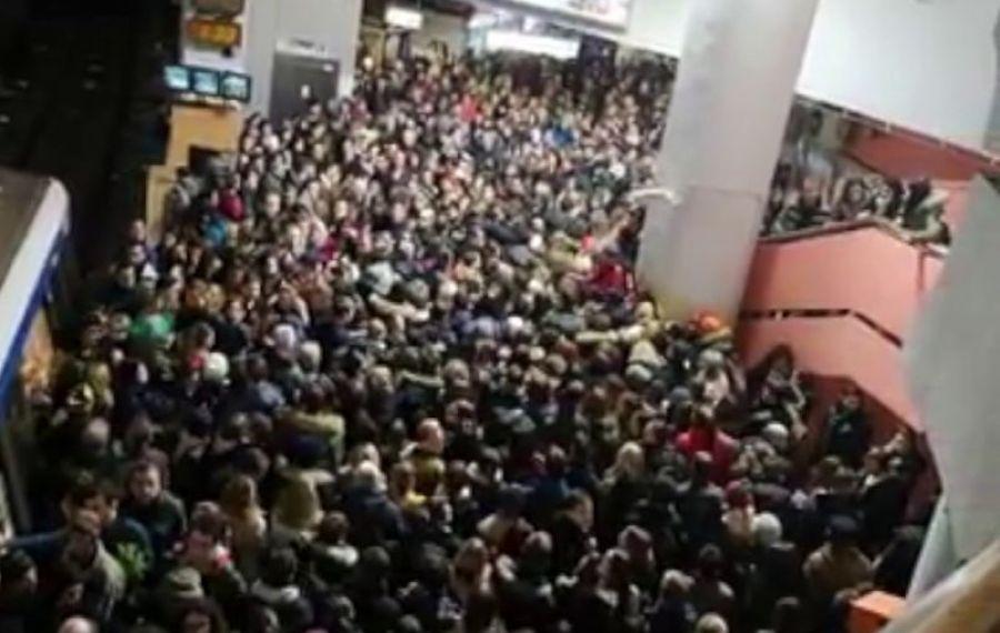 HAOS la metrou. Oamenii intră în tranșe în stații. Ce s-a întâmplat?