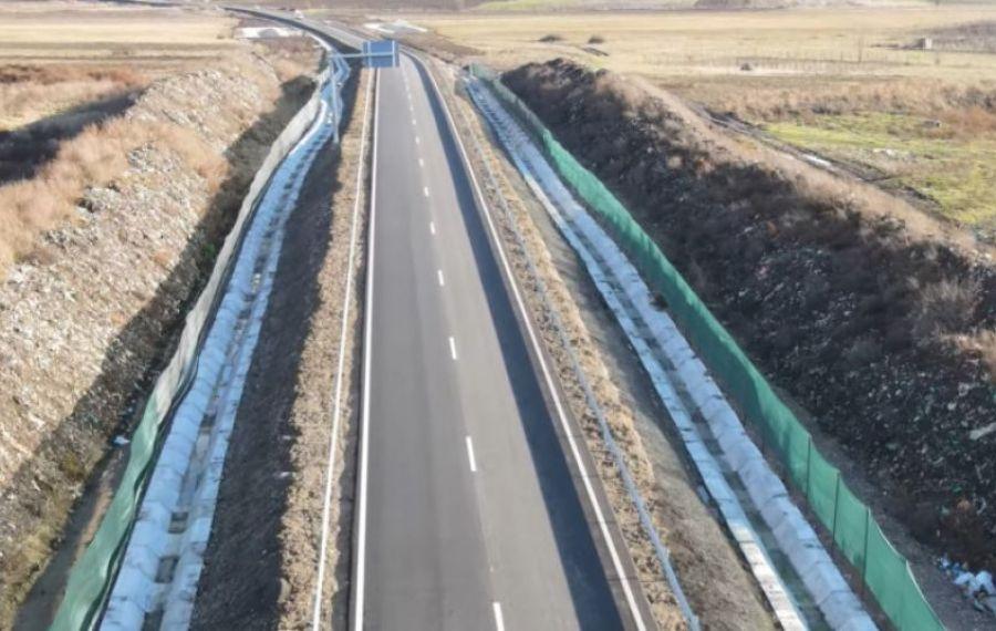IMAGINILE ZILEI: Cum arată autostrada care trece printre mormane de GUNOI