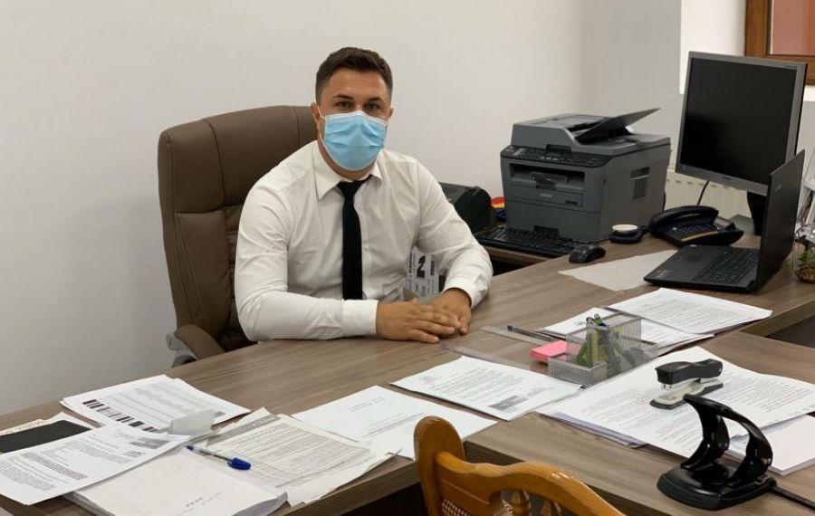 Decizia INEDITĂ a unui primar din Timiș care își suspecta angajații că BEAU în timpul serviciului