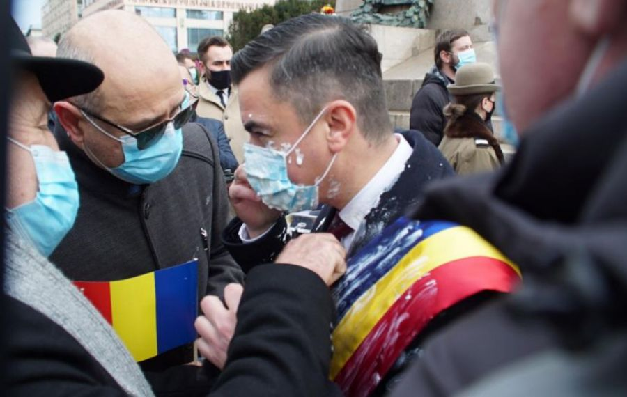Primarul din Iaşi, Mihai Chirica, ATACAT cu IAURT la ceremoniile dedicate Unirii
