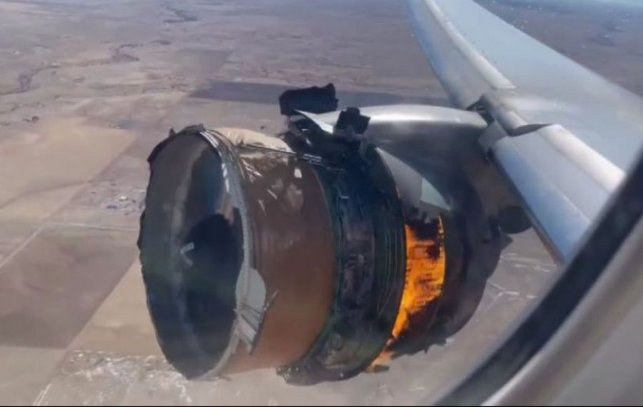 Un motor al unui avion cu pasageri a explodat după decolare. Bucăți din el au căzut peste casele oamenilor