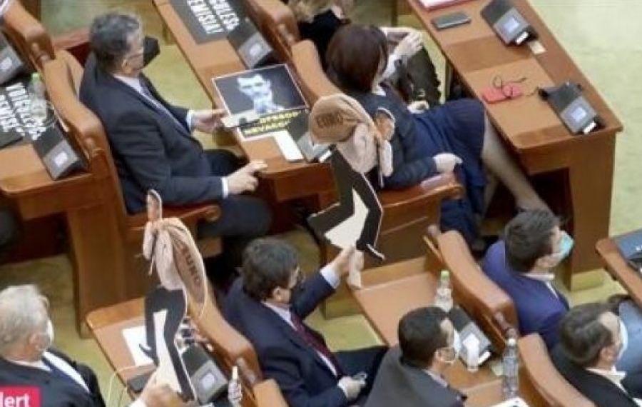 """CIRC în Parlament la """"Ora Premierului"""". Ce a primit Florin Cîțu"""