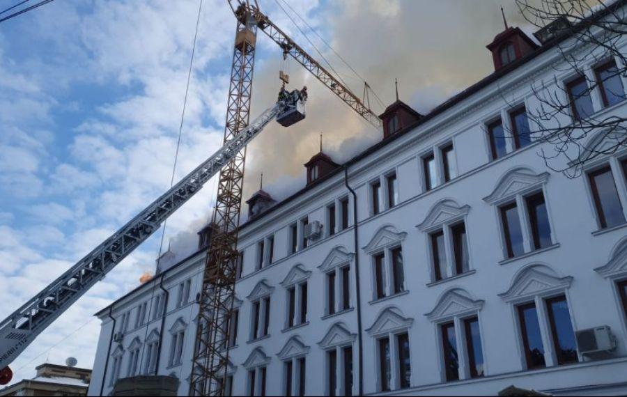 UPDATE: Incendiu puternic la Prefectura din Suceava. Pompierii intervin cu 12 autospeciale