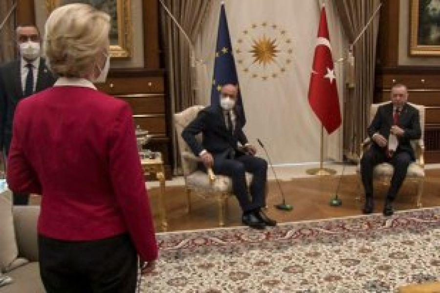 De ce a fost ținută în picioare pe Ursula von der Leyen, la DISCUȚIILE cu preşedintele Turciei
