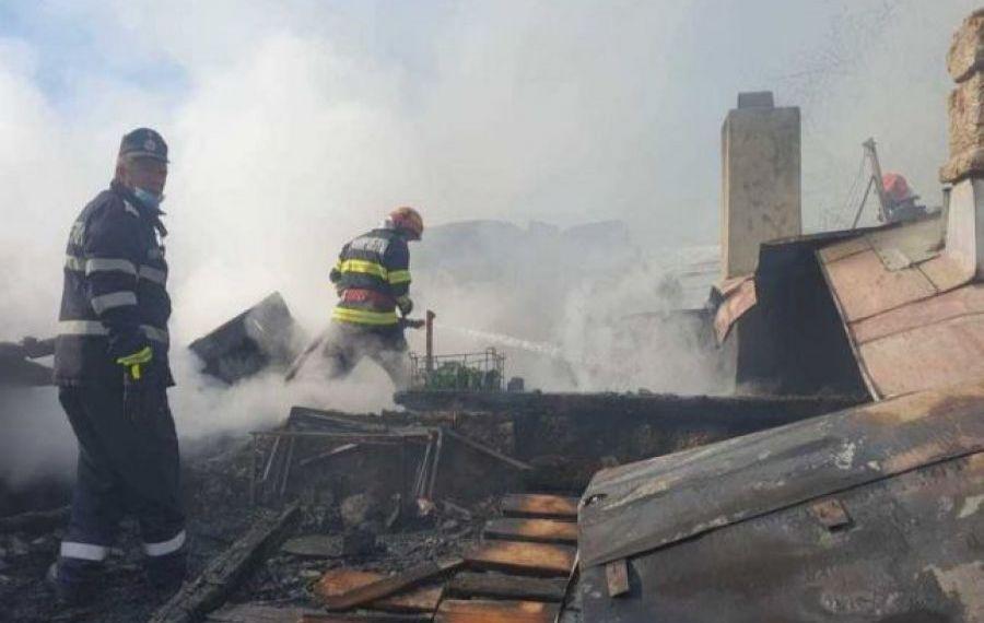 INCENDIU de proporții în Bârlad. Șase case și anexe ard de câteva ore
