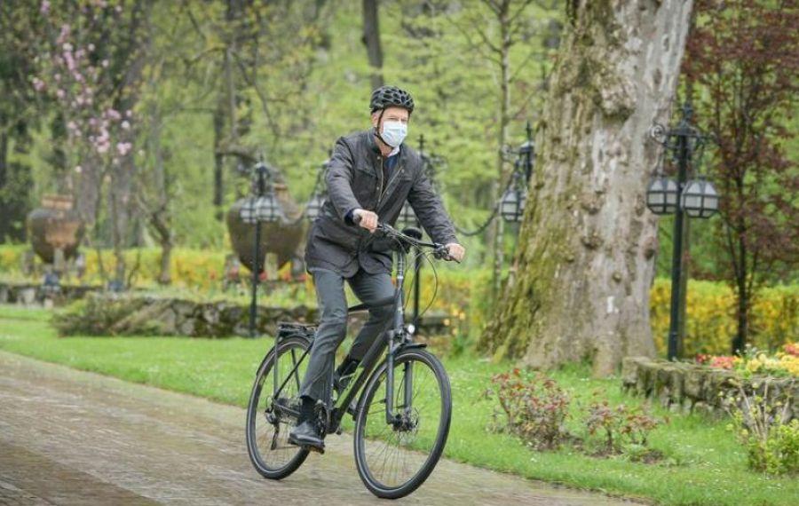 """IOHANNIS, ministrul MEDIULUI și Nicușor DAN, dezbatere în Herăstrău de """"Ziua Mondială a Bicicletei"""""""