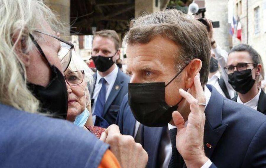 IMAGINILE ZILEI: Ce a pățit Emmanuel Macron în timpul unei băi de mulțime
