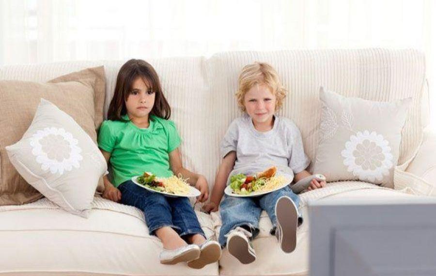 Studiu: Copiii care mănâncă în fața televizorului își vor dezvolta limbajul mai greu