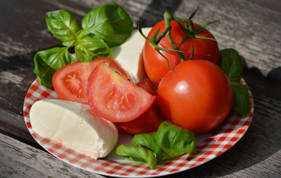 De ce e bine să mâncăm PÂINE cu salata de roșii și brânză