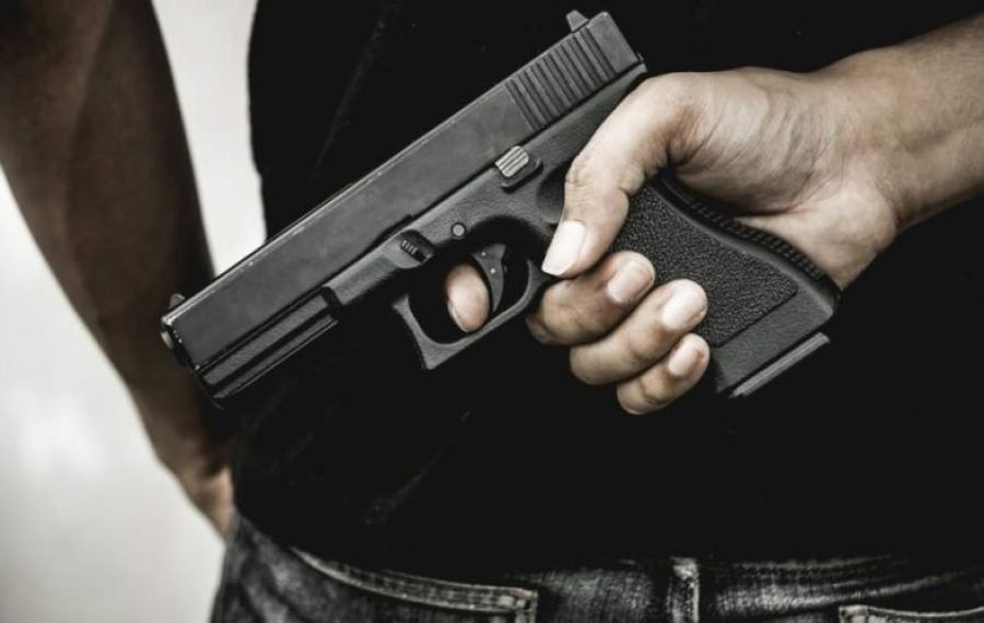 Pistol găsit într-o cabină de probă a unui magazin. Proprietarul acestuia a fost arestat