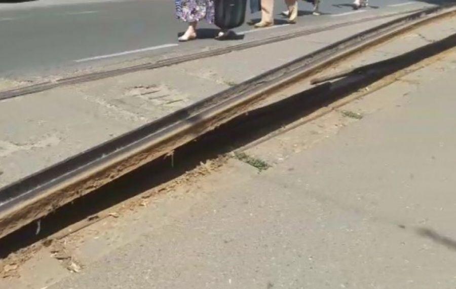 O șină de tramvai din București s-a dilatat, s-a curbat și a ieșit din asfalt
