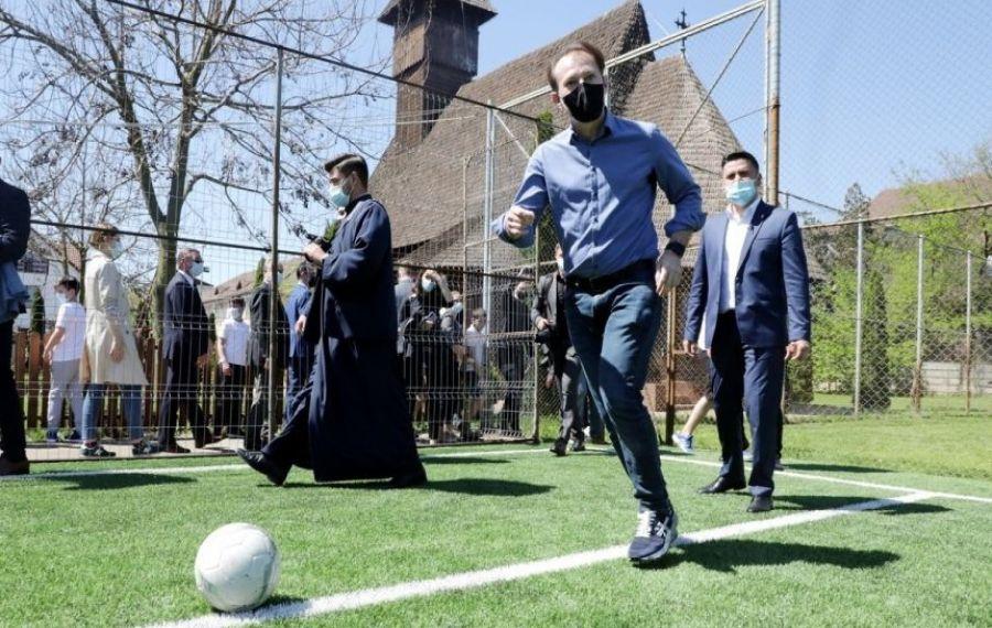 Premierul Florin Cîțu îi îndeamnă pe români să-și petreacă vacanțele în țară